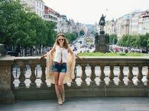 Hippie-aussehender Frauentourist, der auf Wenceslas Square, Prag steht Stockbilder
