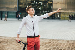 Hippie avec le bycicle rouge et tatouage sur la jambe Image stock