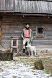 Hippie avec le chien devant la maison en bois Photos libres de droits