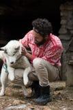 Hippie avec le chien devant la maison en bois Photographie stock libre de droits