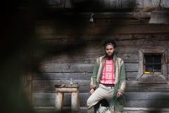 Hippie avec le chien devant la maison en bois Photo libre de droits