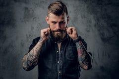 Hippie barbu avec le tattooe sur ses bras images stock