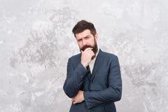 Hippie barbu brutal dans le costume formel homme ?l?gant avec la barbe Vie moderne Mod?le de mode m?le Homme d'affaires m?r images stock