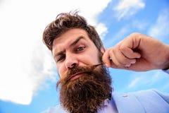 Hippie barbu d'homme avec le fond de ciel de moustache Guide de toilettage final de barbe et de moustache Astuces expertes pour l photographie stock libre de droits