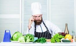 Hippie beau de chef Soyez prêt Chef barbu d'homme étant prêt faisant cuire le plat délicieux Chef au travail commençant le poste photos libres de droits