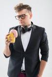 Hippie beau du DJ mangeant le beignet de sa tasse dessus Photo stock