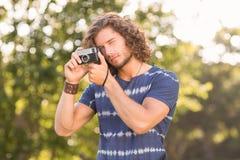 Hippie beau employant l'appareil-photo de vintage photo libre de droits