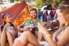 Hippie beau jouant la guitare Images stock