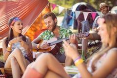 Hippie beau jouant la guitare Photos libres de droits