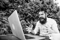 Hippie besch?ftigt mit freiberuflich t?tigem Wifi und Laptop Langsames reizendes Internet Getr?nkkaffee und schneller arbeiten Fr stockbild