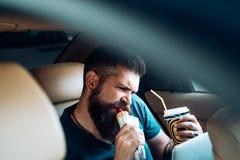 Hippie caucasien brutal avec la moustache Travail à distance Temps de café aliments de préparation rapide - hot-dog Soin masculin photos stock