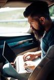 Hippie caucasien brutal Hippie mûr avec la barbe Étant tardif Manque de temps date-limite Soin masculin de coiffeur Homme barbu photo libre de droits