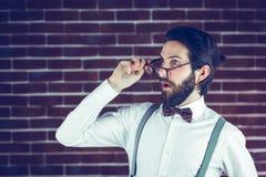 Hippie choqué tenant des eyeglases Photo libre de droits