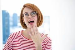Hippie d'une chevelure rouge mignon avec des verres Photographie stock