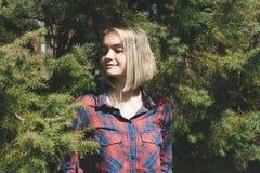Hippie-Damenanlage in der Koniferenbaumkrone stockbilder