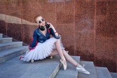 Hippie de ballerine s'asseyant sur les escaliers Images stock