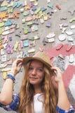 Hippie de jeune fille sur la rue devant un mur de maison Photos stock
