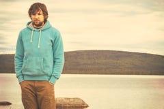Hippie de jeune homme tenant seul extérieur Photographie stock libre de droits