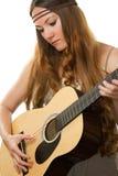 Hippie de la mujer con el pelo largo, tocando la guitarra Imagen de archivo libre de regalías