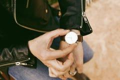 Hippie, der die Zeit auf seiner Armbanduhr überprüft nahaufnahme Stockfotos