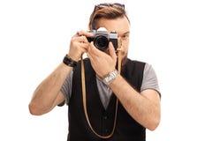 Hippie, der ein Foto mit einer Kamera macht Lizenzfreie Stockfotografie