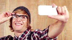 Hippie, der ein selfie mit Telefon nimmt stock video