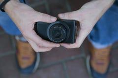 Hippie, der Kamera hält Stockfotografie