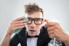 Hippie, der seine Gläser säubert Stockfotografie