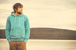 Hippie des jungen Mannes, der alleinim freien steht Stockfotografie