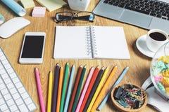 Hippie-Desktop mit Gerät und Versorgungen Lizenzfreies Stockfoto