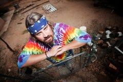 Hippie die op een poort leunt Stock Foto's
