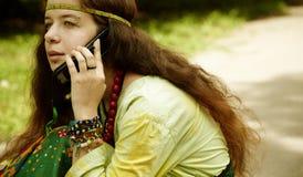 Hippie en el teléfono Imagen de archivo