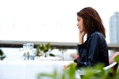 Hippie féminin ayant la conversation de téléphone portable avec quelqu'un Photographie stock libre de droits