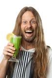Hippie feliz que bebe um batido vegetal verde Fotografia de Stock Royalty Free