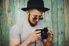 Hippie-Fotograf machen Fotos auf moderner Kamera stockfotografie