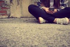 Hippie-Frau, die intelligentes Telefon verwendet Stockfotografie
