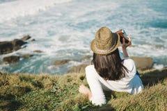 Hippie-Frau entspannen sich und Fotos machend Lizenzfreie Stockfotografie