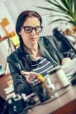 Hippie-Frauen im Büro Stockfotografie
