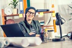 Hippie-Frauen im Büro Stockfotos