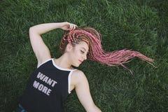 Hippie-Frisur des schönen Jugendlichen mit Borten Lizenzfreies Stockbild