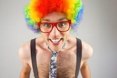 Hippie Geeky dans la perruque Afro d'arc-en-ciel Photographie stock