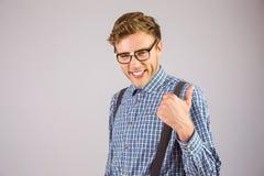 Hippie Geeky montrant des pouces  photo libre de droits