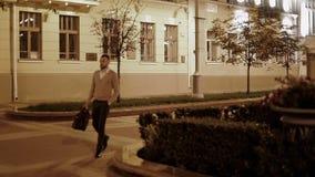 Hippie geht entlang den Bürgersteig in der Nachtstadt stock video footage