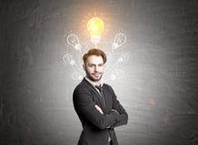 Hippie-Geschäftsmann und sieben Glühlampen Lizenzfreies Stockfoto