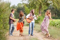 Hippie-Gruppe draußen lizenzfreies stockbild