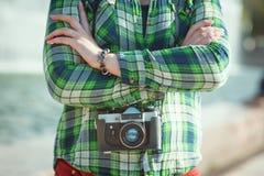Hippie im grünen karierten Hemd mit Retro- Kamera Stockfotos