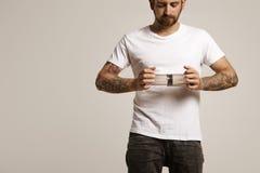 Hippie im weißen T-Shirt, das aeropress hält Lizenzfreie Stockfotos