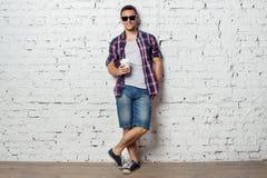 Hippie intelligent de jeune homme sur apprécier de vacances photographie stock libre de droits