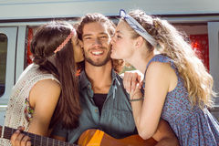 Hippie jouant la guitare pour des filles Images libres de droits