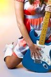 Hippie-Küken-Gitarre Lizenzfreie Stockfotos
